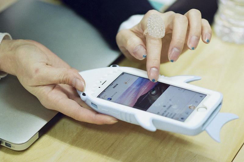 ことりっぷのアプリを、ご自身のスマホで見せてくれる島田玲子さん